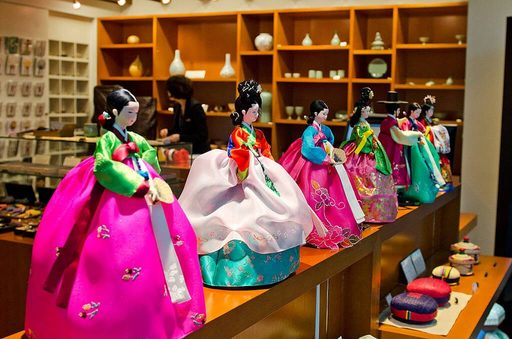 Du lịch Hàn Quốc - Mua quà lưu niệm với những